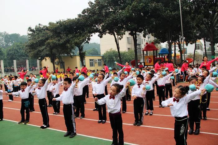 在节奏鲜明、活泼欢快的音乐声中,孩子们出场了———看,他们穿着靓丽的、整齐统一的服装,手持鲜艳的器械道具、一个个精神饱满,笑容灿烂;步伐矫健,神采飞扬,他们动作舒展有力,充满朝气,赢得了家长们的阵阵掌声。器械操比赛增强了幼儿之间的互动,良好的秩序显示出了团结向上的集体风采。孩子们用他们的肢体动作表现出对幼儿园的热爱,对体育运动的喜爱,显现出幼儿良好的精神风貌。