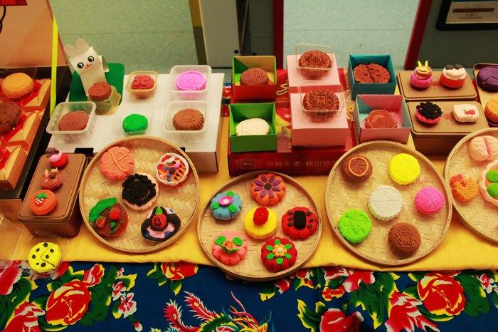 一件件由老师,小朋友和家长朋友共同制作的民俗手工艺品布满了幼儿园